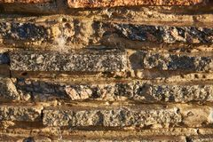 Fragmento de una pared de los pequeños bloques del granito En la pared una capa delgada de corrientes fotos de archivo libres de regalías