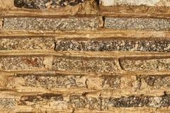 Fragmento de una pared de los pequeños bloques del granito En la pared una capa delgada de corrientes foto de archivo