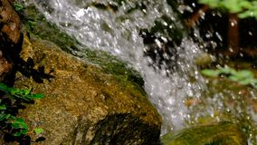 Fragmento de una pequeña cascada artificial decorativa almacen de metraje de vídeo
