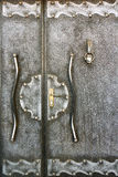 Fragmento de una puerta hecha a mano metálica vieja con aldaba como vagos Imágenes de archivo libres de regalías