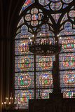 Fragmento de ventanas de cristal manchadas. Notre Dame de P Foto de archivo