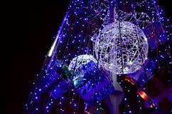 Fragmento del árbol del Año Nuevo Muchas luces redondas del color azul están situadas en un marco cónico fotografía de archivo libre de regalías