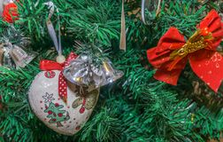 Fragmento del árbol de navidad adornado fotos de archivo