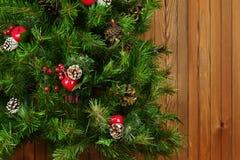 Fragmento del árbol de navidad adornado verde en fondo de madera Imágenes de archivo libres de regalías