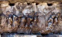 Fragmento del arco de Titus en el foro romano Fotografía de archivo libre de regalías