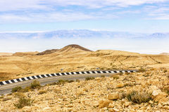Fragmento del camino en el desierto del Néguev Fotos de archivo libres de regalías