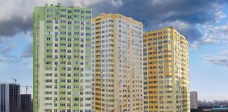 Fragmento del complejo de apartamentos multi moderno de la historia durante contra imagen de archivo