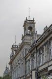 Fragmento del edificio antiguo con la decoración rica en el centro de la ciudad de Ruse Fotos de archivo