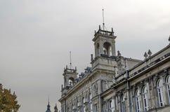 Fragmento del edificio antiguo con la decoración rica en el centro de la ciudad de Ruse Fotografía de archivo libre de regalías