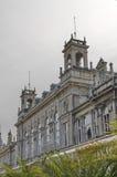 Fragmento del edificio antiguo con la decoración rica en el centro de Ruse Foto de archivo libre de regalías