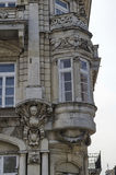Fragmento del edificio antiguo con la decoración y mirador ricos Imágenes de archivo libres de regalías