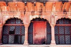 Fragmento del edificio con la puerta en rojo foto de archivo libre de regalías