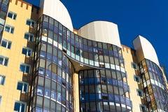 Fragmento del edificio de apartamentos hermoso moderno con los balcones Foto de archivo