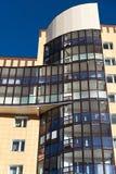 Fragmento del edificio de apartamentos hermoso moderno con los balcones Fotos de archivo
