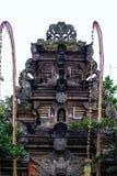 Fragmento del edificio en estilo auténtico Arquitectura antigua de Indonesia imagen de archivo