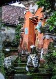 Fragmento del edificio en estilo auténtico Arquitectura antigua de Indonesia fotos de archivo