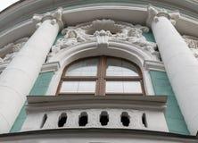 Fragmento del exterior del edificio verde antiguo con el bas- fotos de archivo