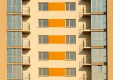 Fragmento del exterior simétrico del edificio residencial del apartamento multi moderno fotografía de archivo libre de regalías