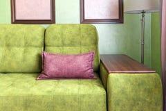 Fragmento del interior con un sofá verde y las tarjetas de imagen fotografía de archivo