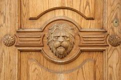 Fragmento del león de un primer tallado antiguo de la puerta Foto de archivo libre de regalías