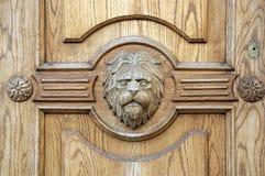 Fragmento del león de un primer tallado antiguo de la puerta Fotografía de archivo libre de regalías