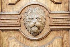 Fragmento del león de un primer tallado antiguo de la puerta Fotos de archivo libres de regalías