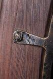 Fragmento del modelo del metal en puerta de madera con Foto de archivo libre de regalías
