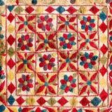 Fragmento del modelo retro colorido de la materia textil de la tapicería con el handmad Imágenes de archivo libres de regalías