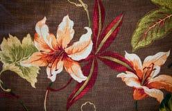 Fragmento del modelo retro colorido de la materia textil de la tapicería con el ornamento floral Fotos de archivo libres de regalías