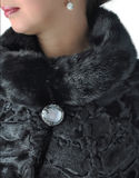 Fragmento del negro femenino de los abrigos de pieles Imagenes de archivo