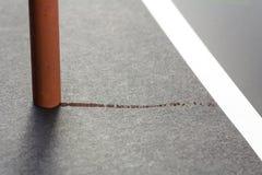 Fragmento del pastel artístico en un papel gris Fotografía de archivo