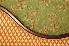Fragmento del sofá contra la pared verde Fotografía de archivo