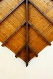 Fragmento del techo de madera aislado en blanco Fotos de archivo libres de regalías