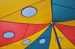 Fragmento del toldo coloreado del sol para cubrir el patio Fotos de archivo