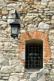Fragmento do castelo antigo com lâmpada de rua e uma janela imagens de stock royalty free
