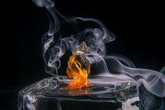 Fragmento do concentrado do óleo do cannabis aka com fumo fotografia de stock