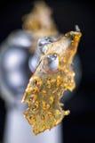 Fragmento do concentrado do óleo da marijuana aka isolado com equipamento de vidro sobre Imagem de Stock Royalty Free