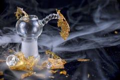 Fragmento do concentrado do óleo da marijuana aka isolado com equipamento de vidro sobre Imagens de Stock Royalty Free
