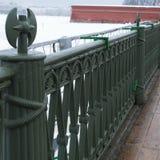 Fragmento do ferro fundido velho que raspa para a cerca da ponte em St Petersburg, Rússia foto de stock