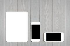 Fragmento do grupo vazio dos artigos de papelaria Molde da identificação no fundo de madeira claro Foto de Stock Royalty Free