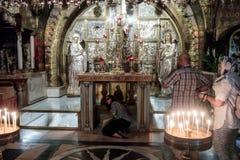 Fragmento do interior da igreja do sepulcro santamente no Jerusalém, Israel O crente toca em Golgotha Fotos de Stock Royalty Free