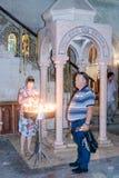 Fragmento do interior da igreja do sepulcro santamente no Jerusalém, Israel Velas claras dos crentes Imagem de Stock