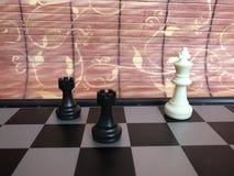 Fragmento do partido da xadrez as figuras estão na placa a esteira pôs o rei branco fotos de stock royalty free