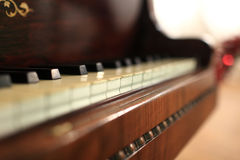 Fragmento do piano do vintage fotografia de stock