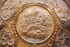 Fragmento do protetor de bronze com cenas do Ramayana épico indiano fotografia de stock royalty free