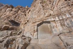 Fragmento do relevo da rocha de Bisotun O memorial iraniano permanece dos tempos pré-históricos ao número médio, Achaemenid, Sass foto de stock