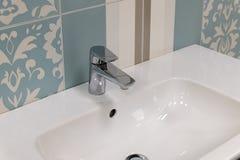 Fragmento do torneira convencional no banheiro fotografia de stock