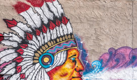 Fragmento dos grafittis de um chefe indiano em um fundo do muro de cimento Imagens de Stock