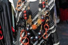 Fragmento hermoso de la vista de la diversos ropa y accesorios elegantes de moda Fotos de archivo libres de regalías