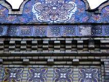 Fragmento hermoso del modelo de mosaico azul ornamental floral de la teja Fotos de archivo libres de regalías